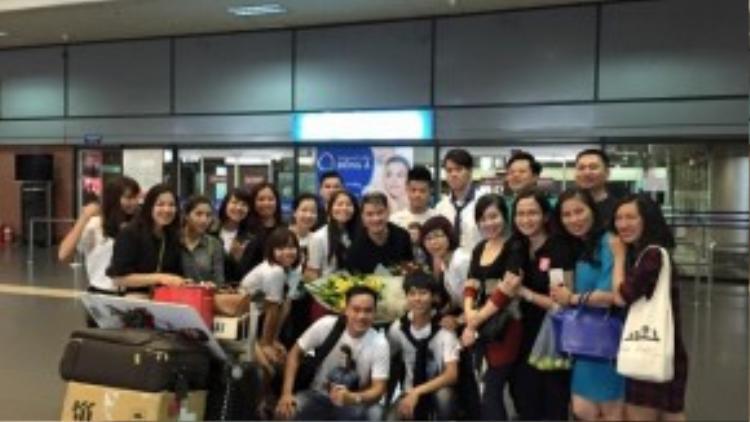 Các fan đứng đợi tạm biệt Mr Đàm lúc 3 giờ sáng.
