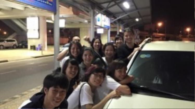 Các fan quấn quýt bên Đàm Vĩnh Hưng trước khi anh rời Hà Nội.