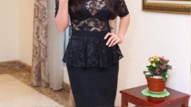Diễn viên Tú Vi cũng như nhiều sao Việt khác, luôn lựa chọn váy ren đen có mốt khoe nội y.