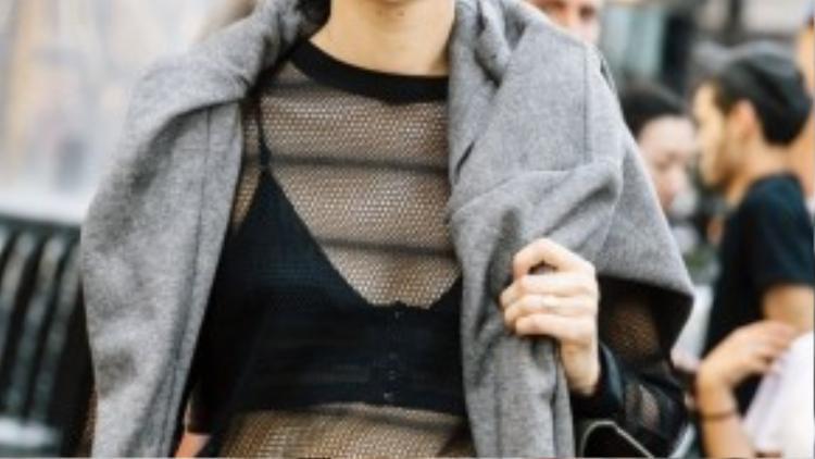 Khoe khéo nội y bằng chiếc áo lưới xuyên thấu là cách được nhiều cô nàng áp dụng nhất.