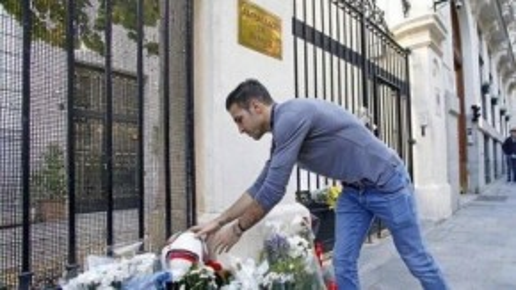 Tấm ảnh tiền vệ đặt quả bóng tưởng niệm nạn nhân vụ khủng bố đem lại nhiều cảm xúc cho khán giả.