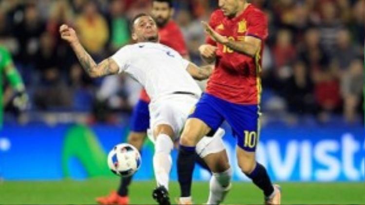 Dù được bầu chọn là Cầu thủ xuất sắc trong trận đấu với Anh nhưng Fabregas không vui khi chứng kiến cảnh bom nổ.