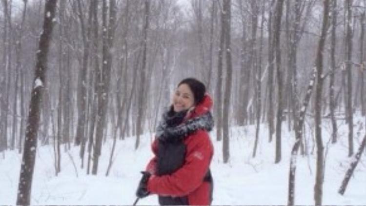 Tuyết Lan hào hứng khi trải nghiệm các trò mạo hiểm khi đi chơi cùng bạn trai.