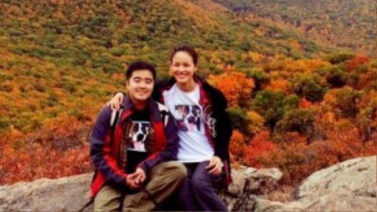 Cặp tình nhân diện áo đôi và dắt theo thú cưng khi leo núi.