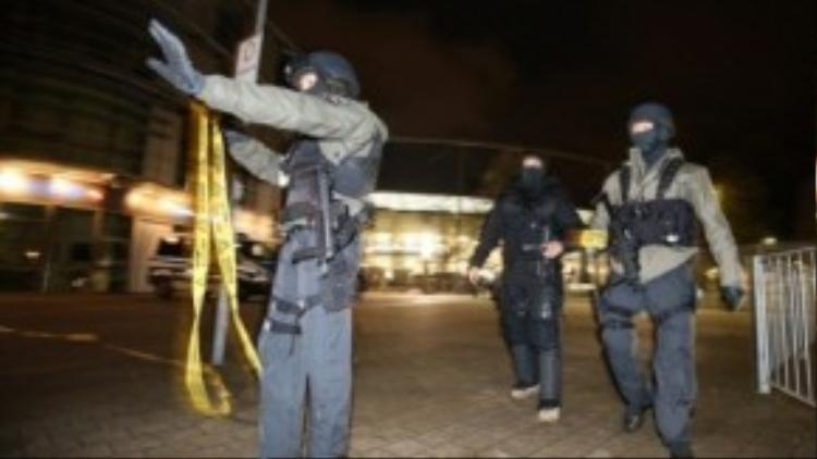 Cảnh sát phong tỏa và kiểm tra khắp nơi.