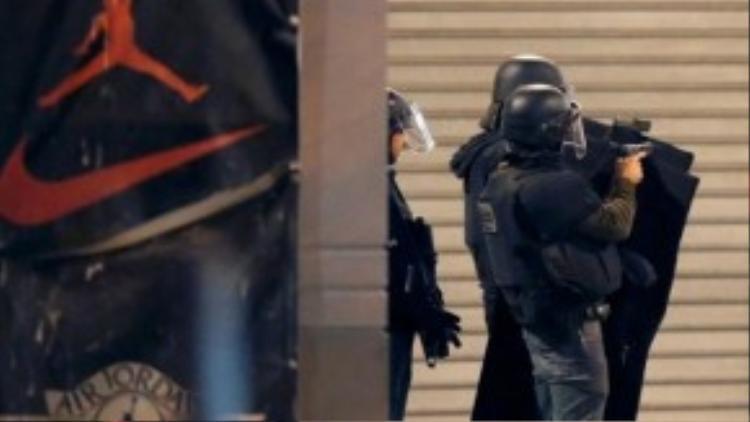 Đặc nhiệm Pháp đấu súng với những kẻ tình nghi.