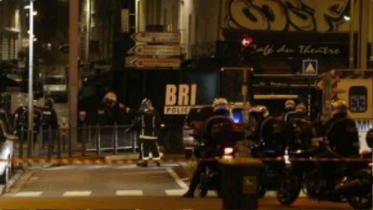Cảnh sát vũ trang được huy động đến khu vực St. Denis.