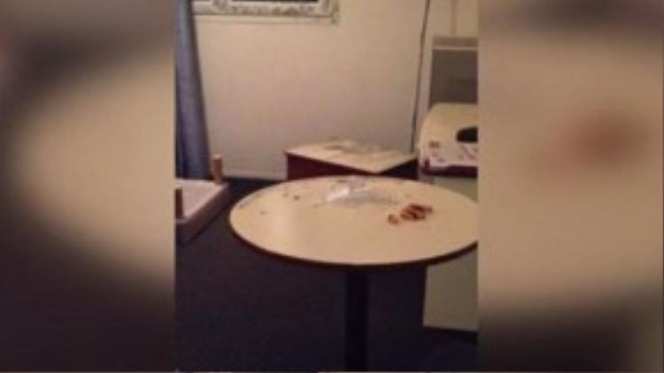 Bàn bên trong phòng khách sạn nơi những kẻ khủng bố ở đặt đầy kim tiêm và ống nhựa y tế.