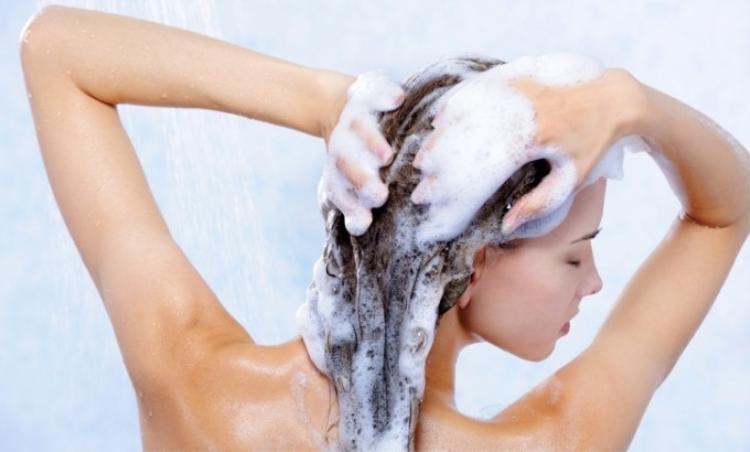 Chăm tóc ngày đông bằng gội đầu ngược