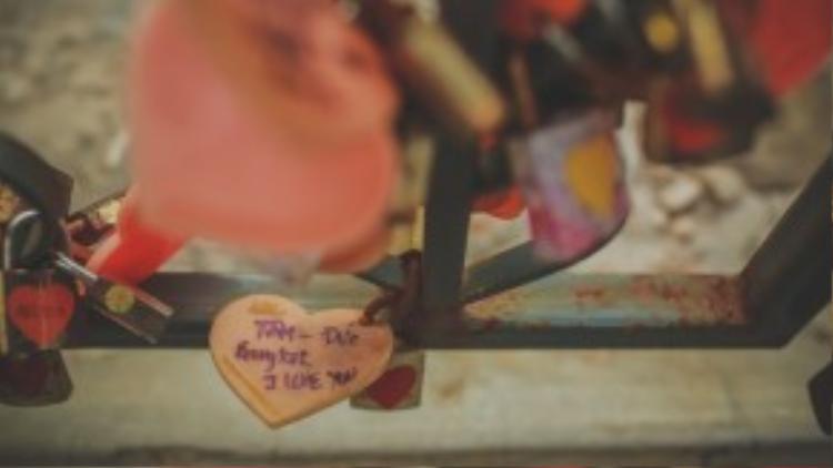 Kỷ vật tình yêu của cặp đôi chính là chiếc khóa tình yêu được treo trên một cây cầu sắt tại Thủ đô Bangkok.