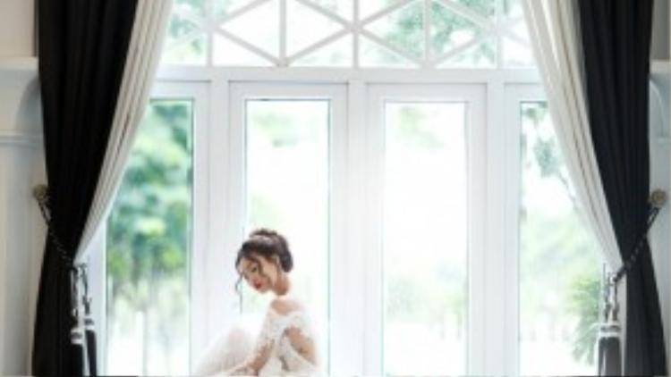 """Trong khi showbiz Việt nói riêng và thế giới nói chung đang rộn ràng với những chuyện tình đẹp như mơ kết thúc viên mãn bằng các đám cưới hoành tráng, Lan Ngọc bị không ít fan và gia đình """"dò hỏi"""" chuyện """"thiệp hồng""""."""