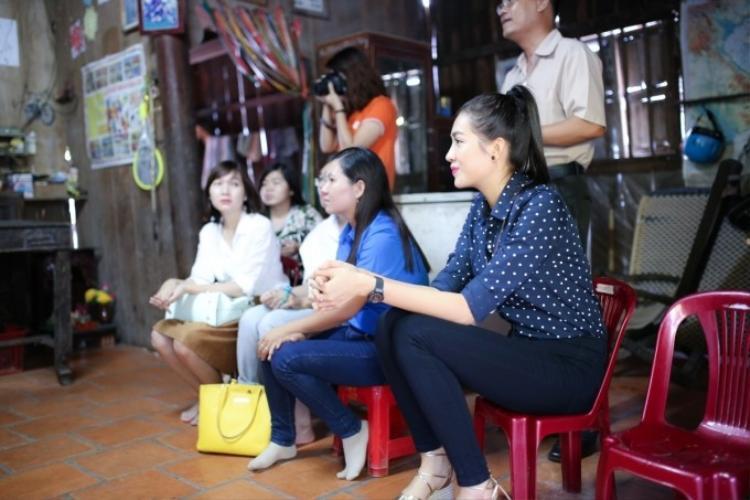 Á hậu Lệ Hằng giản dị tặng quà cho thầy cô ngày 20/11