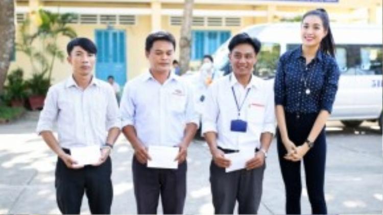 Á hậu diện trang phục giản dị, đến thăm và chúc mừng cho từng thầy cô giáo tại các trường xa xôi nhân ngày Nhà giáo Việt Nam 20/11.
