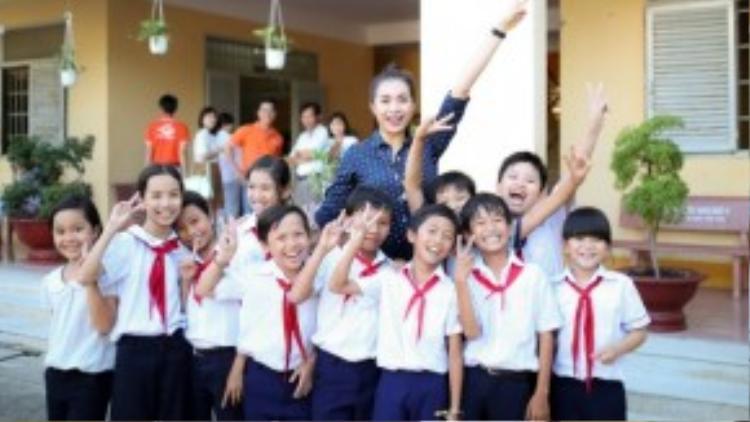 Sau khi tặng quà cho các thầy cô giáo, Lệ Hằng nán lại trường để thăm hỏi, vui đùa cùng các em nhỏ?