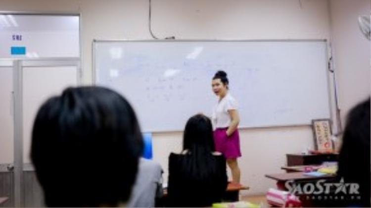 Cô mở ra một lớp học miễn phí, với mục đích giúp các em học sinh và hoàn thành tâm nguyện với nghiệp dạy.