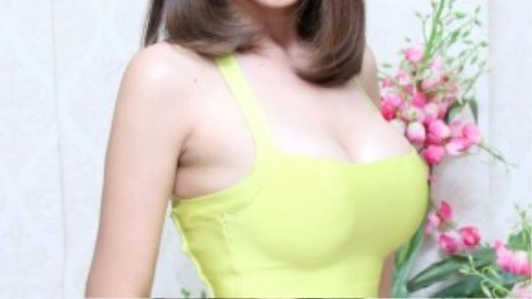 Thảo Trang xuất hiện tại một buổi quay hình về vấn đề làm đẹp với ngoại hình đầy đặn, gợi cảm.