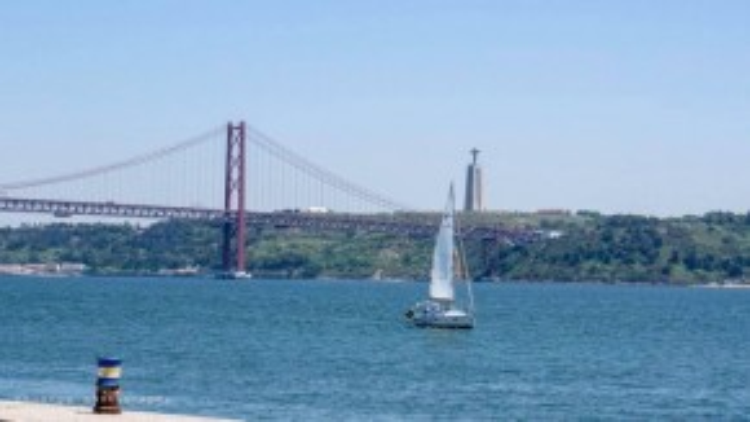Dòng sông Tagus trên bán đảo Iberia, nằm giữa biên giới Tây Ban Nha và Bồ Đào Nha.