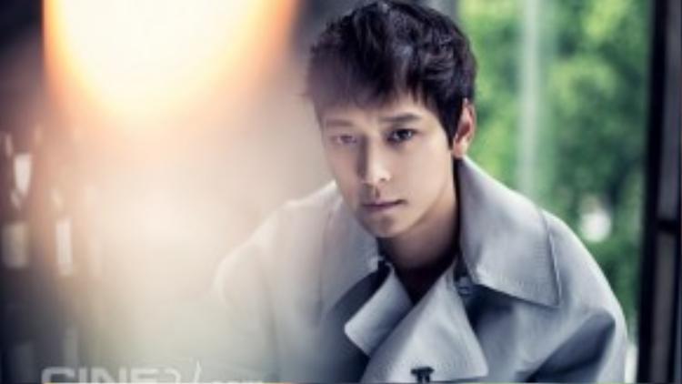 """Kang Dong Won là nam diễn viên trẻ hiếm hoi lọt vào """"câu lạc bộ 10 triệu khán giả"""" của điện ảnh Hàn. Ở tuổi 34, Kang Dong Won sở hữu loạt phim ăn khách như Jeon Woo-chi, Secret Reunion, Kundo: Age of the Rampant, Haunters … mới đây nhất là The Priests.Nam diễn viên có gương mặt hiền lành còn được gọi là """"người tình màn bạc"""" của Song Hye Kyo bởi 2 lần hợp tác với người đẹp trong Camellia và My Brilliant Life."""