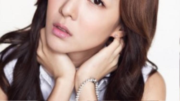 """Năm ngoái, trong buổi trò chuyện trên một kênh phát thanh, ca sĩ Dara của nhóm 2NE1 tiết lộ về mẫu đàn ông lý tưởng trong số các sao nam. """"Thông thường sẽ là Won Bin, nhưng anh ấy có người yêu rồi nên tôi chuyển sang Kang Dong Won"""" - Dara nói. Người phụ nữ của Won Bin mà nữ ca sĩ nhắc đến là diễn viên Lee Na Young."""