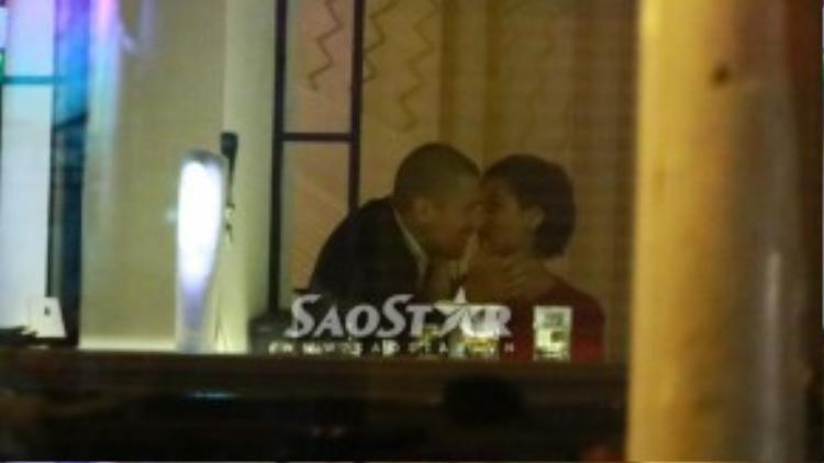 Cặp đôi khóa môi nhau tình tứ.