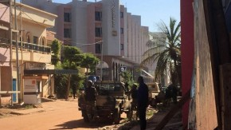 Quân đội tác chiến đã phong tỏa khu vực xung quanh khách sạn.