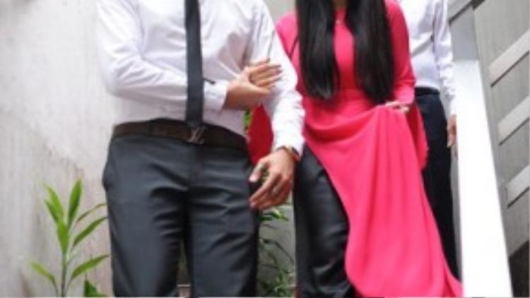 Đặng Văn Quỳnh lên phòng đón vợ sắp cưới xuống làm lễ, chào hỏi gia đình hai bên.