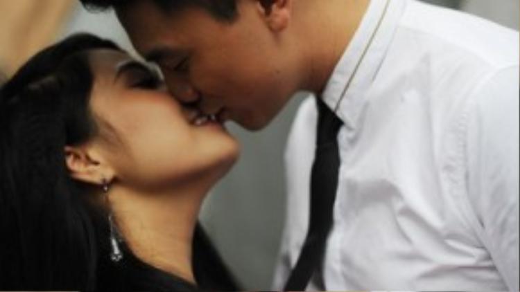 Cặp đôi trao cho nhau nụ hôn đầy ngọt ngào nhằm thể hiện tình cảm của bản thân dành cho đối phương trong lễ ăn hỏi.