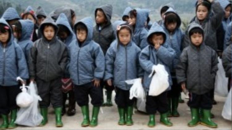 Các em nhỏ diện áo ấm mới, quần mới, ủng mới và nhiều quà bánh.