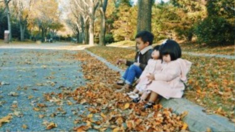 """Mỗi khi ở nhà, Huyền Ny thường dành thời gian vui chơi cùng các bé, cô cùng Levin Hạ Mây và Hải Cát đọc truyện, xem phim hoạt hình, chơi thể thao… Trong số đó, đi dạo với các bé trong tiết trời vào thu là một trong những niềm vui giản dị nhưng cực kỳ hạnh phúc của Huyền Ny""""."""