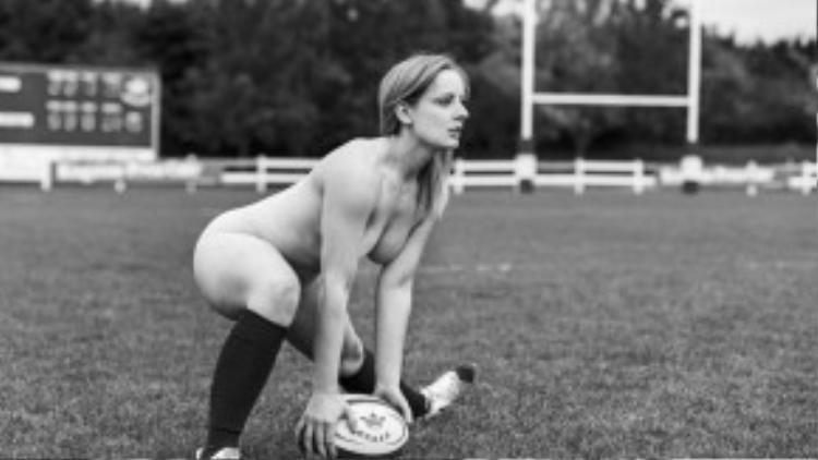 Các cô gái trong đội tuyển bóng bầu dục của Đại học Oxford đã mạnh dạn khỏa thân chơi bóng trong tiết trời buốt giá.