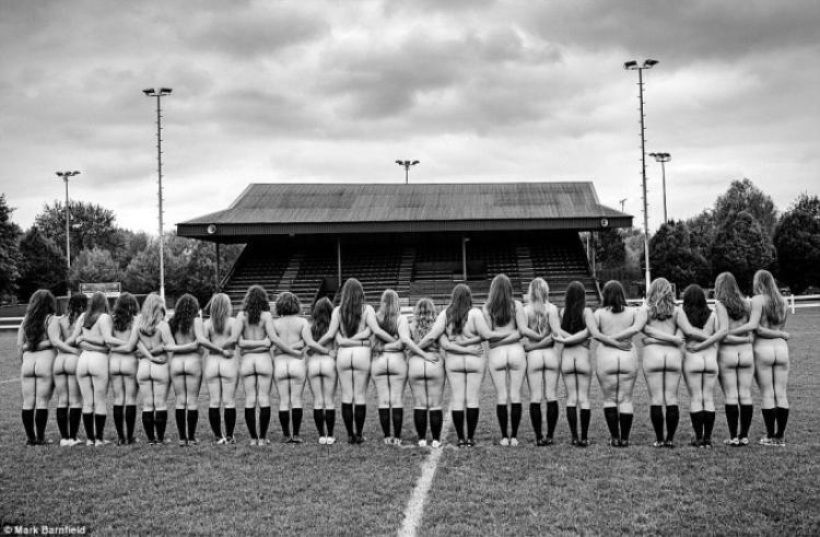 Nữ sinh Oxford khỏa thân chơi bóng, gây quỹ cho người béo phì
