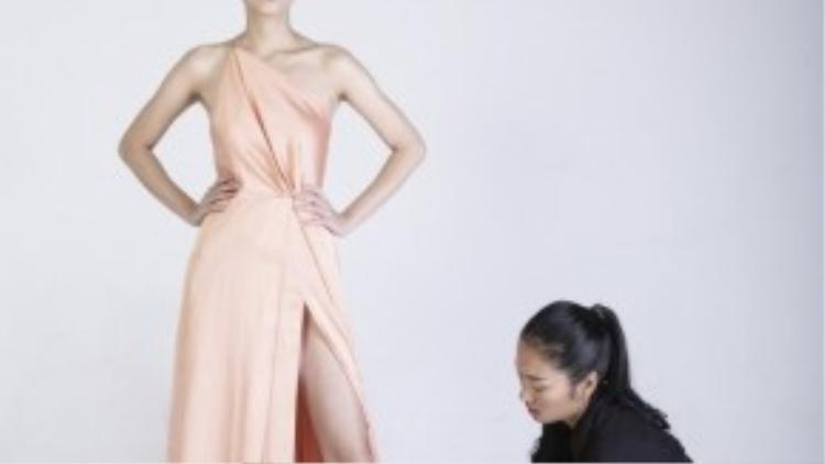 Người mẫu Nhã Trúc hướng dẫn Thanh Thanh cách tạo dáng chụp ảnh.