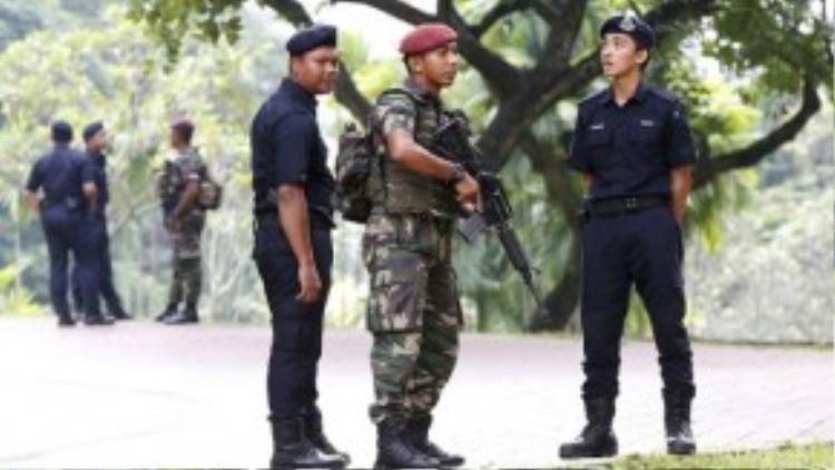 Quân đội tuần tra bên ngoài nơi tổ chức hội nghị thượng đỉnh ASEAN. Ảnh: Reuters