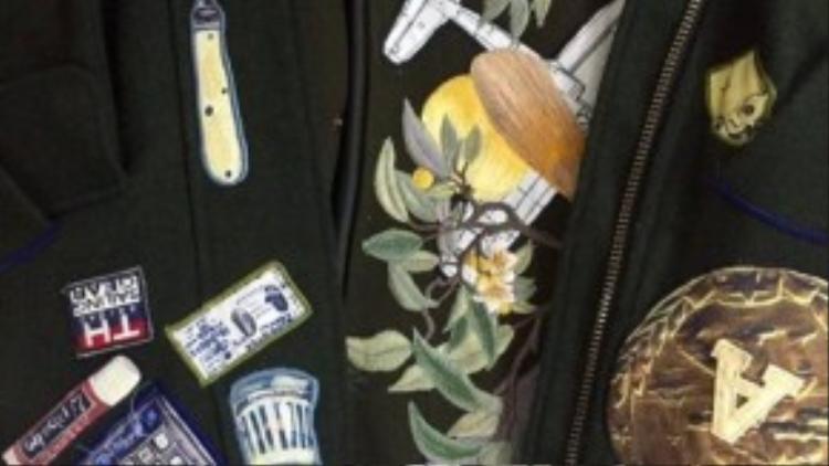 Chi tiết trên bộ trang phục đều do Võ Công Khanh tự đưa ra ý tưởng, in ấn và trang trí thêm, trên form dáng và chất liệu mà Trương Thanh Long đã chọn lựa. Vì là hai người bạn thân nên họ khá hiểu nhau và làm việc tương đối dễ dàng.