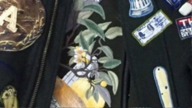 Những chi tiết cầu kỳ trên chiếc áo mà Alicia Keys chọn mua. Cả hai nhà thiết kế đều không tiết lộ giá của sản phẩm. Họ chỉ cho biết đây là limited edition (phiên bản giới hạn) trong bộ sưu tập mới nhất của mình.