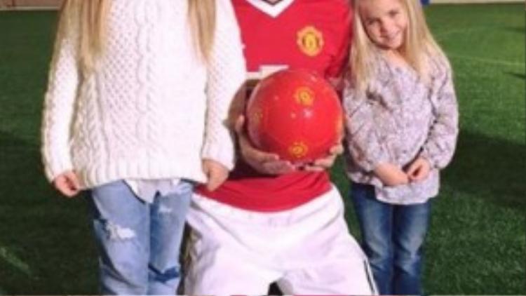 Hai con gái của Tom cũng rất quý mến thần tượng Carrick giống bố của mình.