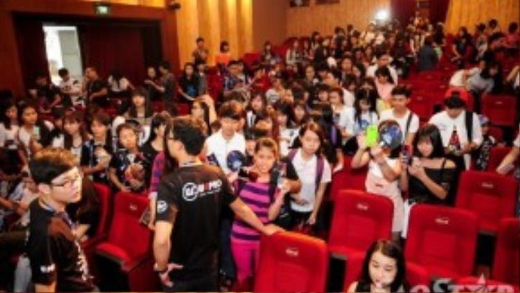 Các fan đứng đợi đến lượt gặp thần tượng.