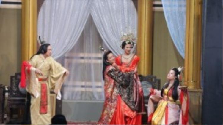 Đây không phải là lần đầu tiên Trường Giang thân mật với khách mời nữ trên sân khấu.