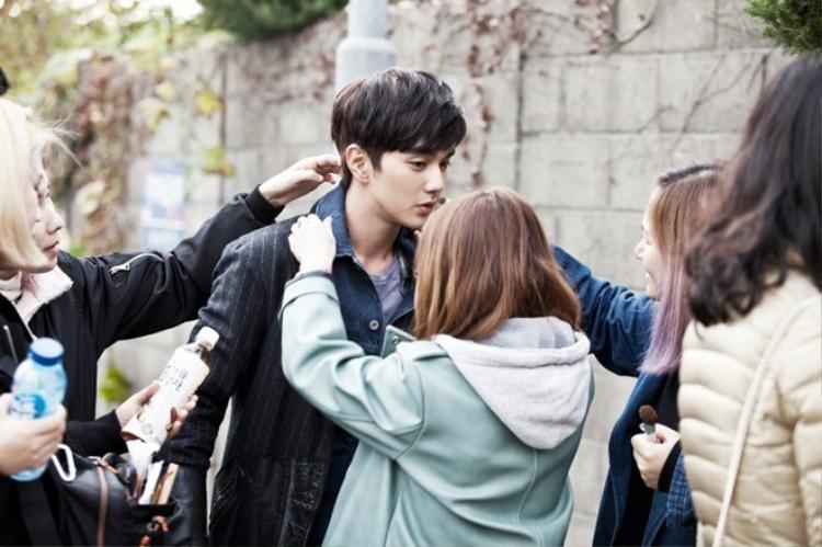 Hết làm luật sư, Yoo Seung Ho lại thành nam thần trường học