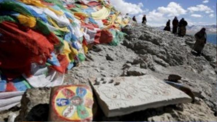 Người Tibet quây quần bên hòn đã được trang trí với những lá cờ cầu nguyện tại Hồ nước trên cao Namtso, khu tự trị Tibet. Namtso không chỉ nổi tiếng là một hồ nước mặn ở độ cao lớn nhất trên thế giới mà còn là điểm tâm linh thiêng liêng của người dân Tibet, thu hút vô cùng nhiều người sùng đạo hành hương về đây.