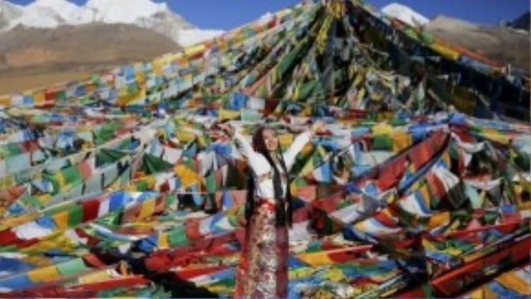 Cô gái Jingli trong trang phục truyền thống của người Tibet để chụp ảnh cưới tại núi Nianqing Tanggula, khu tự trị Tibet, Trung Quốc.