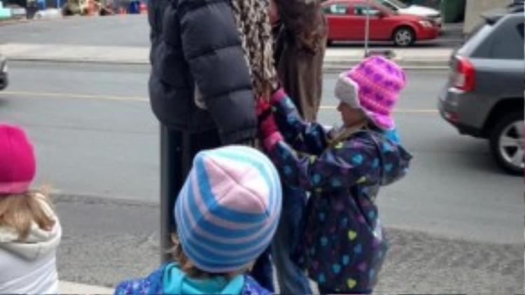 Hóa ra đây là một hành động thiện nguyện của bà mẹ nhân hậu cùng những đứa con ngoan hiền tại Canada.