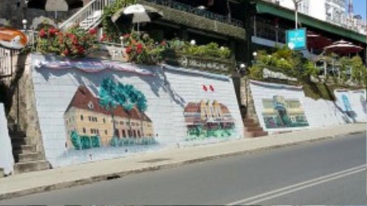 """""""Con đường hội họa"""" trên dốc Lê Đại Hành đang trong giai đoạn thi công chuẩn bị cho Festival hoa Đà Lạt sắp diễn ra."""