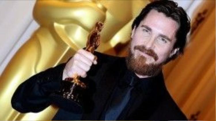 """""""Tắc kè hoa"""" Christian Bale đã thắng Oscar ngay lần đầu được đề cử."""