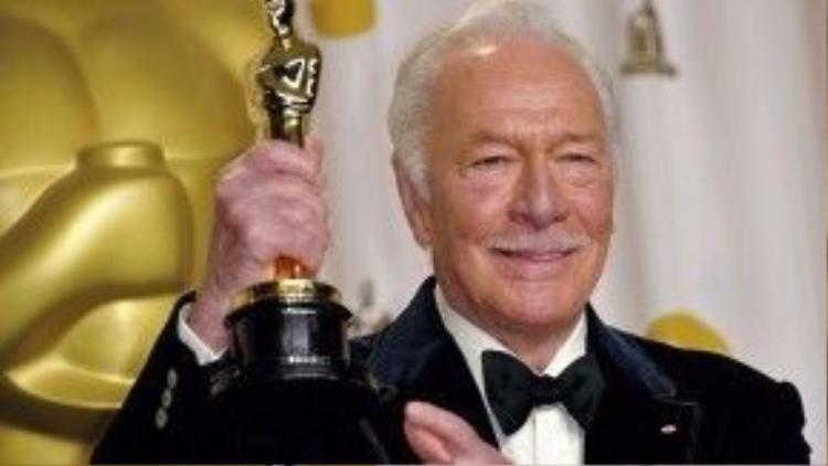 Với chiến thắng này, Christopher Plummer là nghệ sĩ lớn tuổi nhất thắng Oscar.