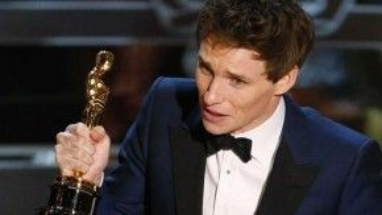 """Ở lễ Oscar 87, chàng trai sở hữu dáng người mảnh khảnh nhận tượng từ tay """"Báu vật nước Úc"""" Cate Blanchett kèm lời phát biểu dễ thương: """"Xin hãy nhớ cho, tôi hoàn toàn ý thức được bản thân là người may mắn, cực kỳ may mắn""""."""
