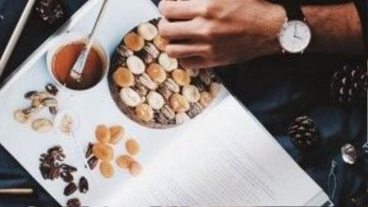 Cùng uống sữa, ăn chocolate và xem cookbook.