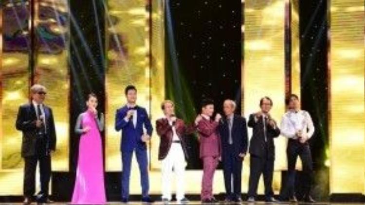Trong đêm mở màn của Thần tượng Bolero, lần đầu tiên 4 vị HLV là các ca sĩ nổi tiếng đương đại sẽ song ca cùng những nhạc sĩ gạo cội của âm nhạc Việt Nam.