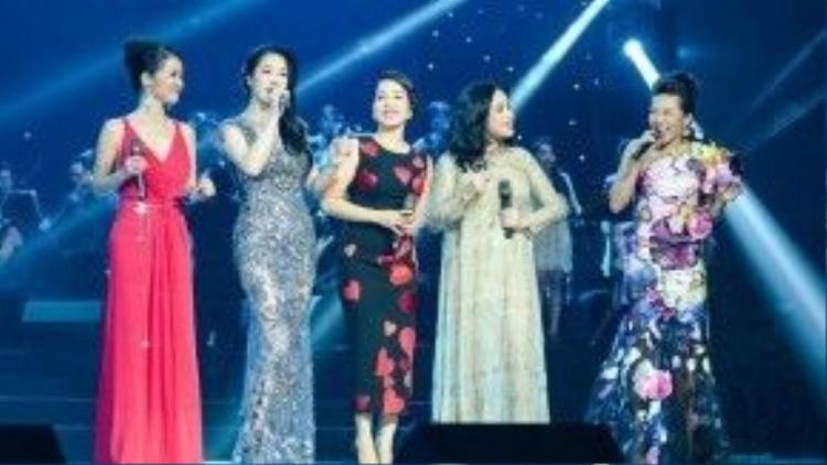 """5 người nắm tay nhau khai màn đêm diễn, đã có người bảo đây là """"khoảnh khắc lịch sử"""" hay """"khoảnh khắc ấn tượng nhất làng nhạc Việt 2015""""."""