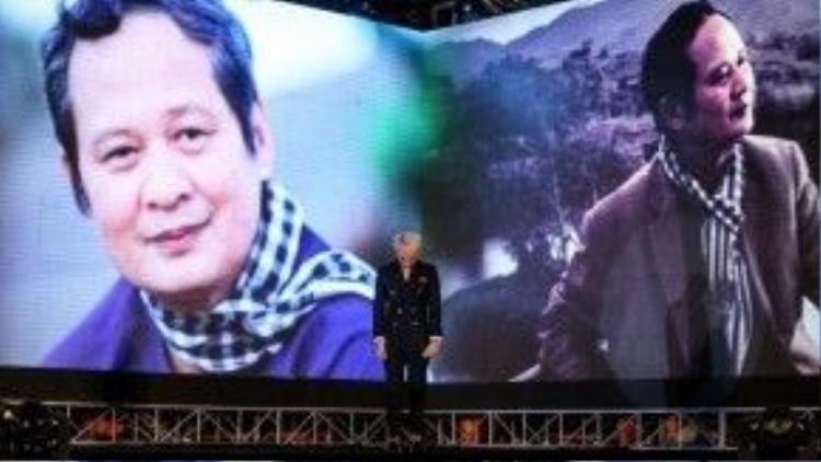 Khoảnh khắc giọng ca Một năm mới bình an cúi đầu tưởng niệm cố nhạc sĩ An Thuyên đã trở thành một trong những khoảnh khắc ấn tượng nhất của làng nhạc Việt năm 2015.